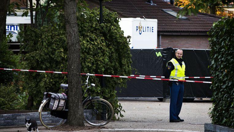 De politie doet onderzoek naar de vondst van twee dode kinderen en een gewonde vrouw in een woning aan de Van Roekelweg in Apeldoorn Beeld ANP