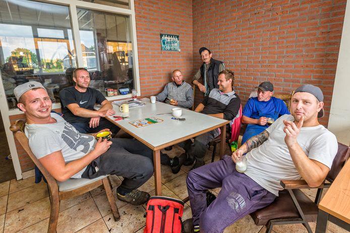 Poolse medewerkers aan de koffie in de kantine van kwekerij Bontekoe in Hazerswoude-dorp. Werkgever en raadslid Peter Bontekoe bepleit goede huisvesting, zonodig door woningcorporaties in te schakelen.