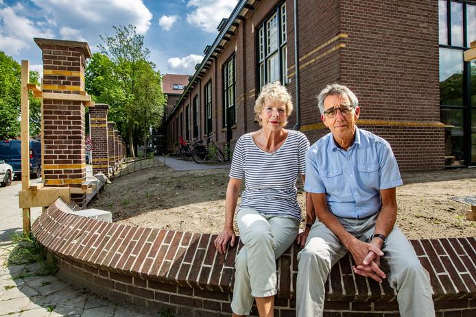 Jantien en Gerard Springer op het muurtje bij hun hoekwoning. Ze zijn als een blok voor het bijzondere project gevallen.
