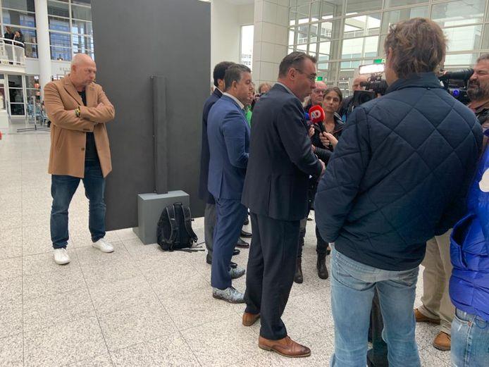 Van corruptie verdachte Richard de Mos gaat terug gemeenteraad Den Haag in als fractievoorzitter van zijn partij. Dat vertelt hij bij een persconferentie in het stadhuis.