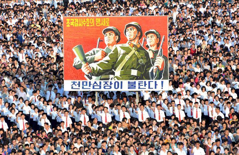 Honderden Noord-Koreanen komen hun steun betuigen aan het regime, op het Kim Il-Sung Plein in hoofdstad Pyongyang. Beeld AFP