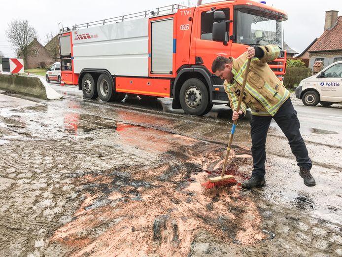De brandweer kwam de gelekte olie opruimen.