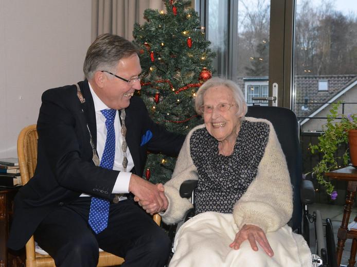 Elizabeth Gunning-jonkvrouw Teding van Berkhout met de burgemeester Rabelink