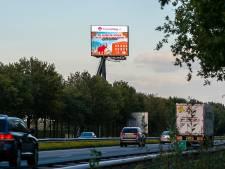 Nieuwe reclamemast langs A58 schijnt slaapkamer binnen: 'Dit verdient geen schoonheidsprijs'
