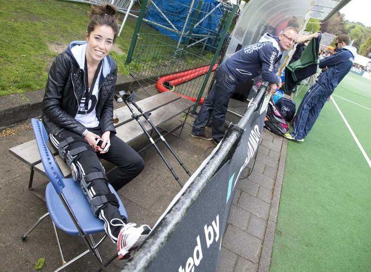 De geblesseerde Laren-speler Naomi van As tijdens de finale van de Europa Cup Hockey tussen de vrouwen van Den Bosch en Laren, vorige maand.. Beeld anp