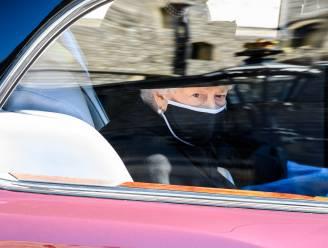 De Queen pinkt een traantje weg tijdens begrafenis van haar echtgenoot