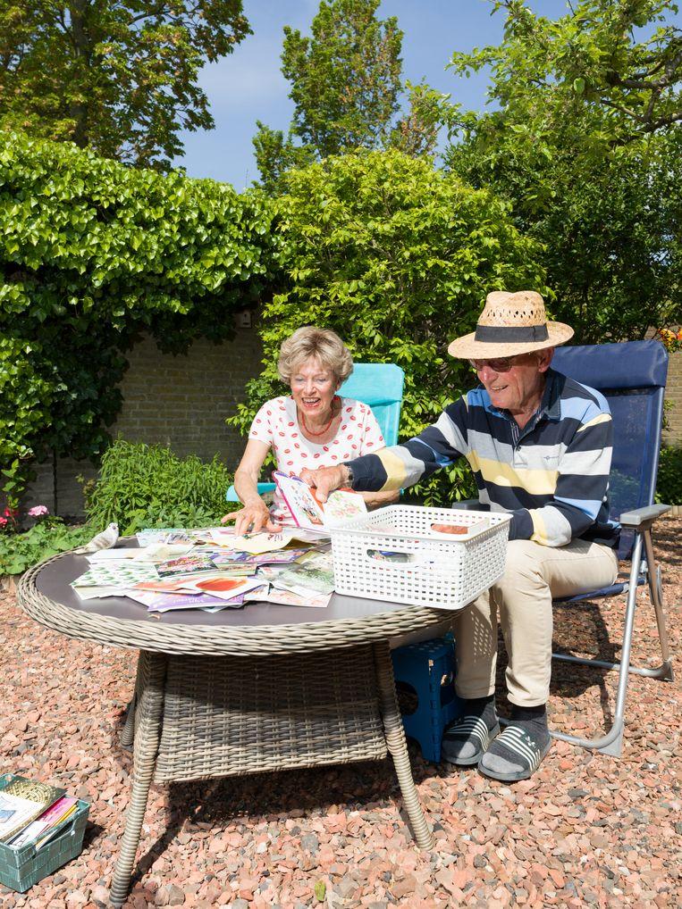 Nico en Els genieten na van alle kaarten die Els heeft ontvangen voor haar 80ste verjaardag. Dankzij een advertentie van Nico kreeg Els ruim 700 kaarten opgestuurd.   Beeld Ivo van der Bent