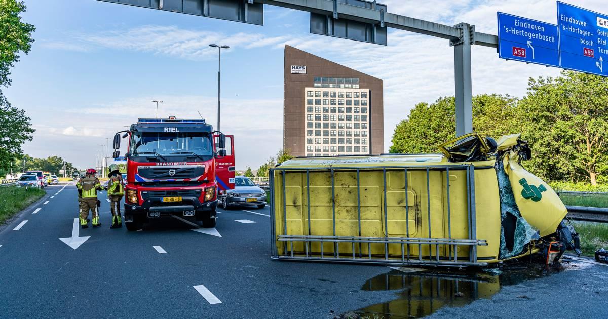 Bestelbus gelanceerd bij botsing en belandt op zijkant in Tilburg.