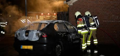Auto gaat in vlammen op in Beuningen, politie gaat uit van brandstichting