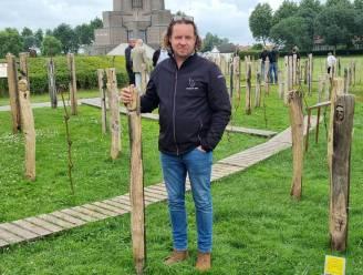 129 'oorlogsgezichten' van kunstenaar Jan Fieuw prijken in schaduw van IJzertoren
