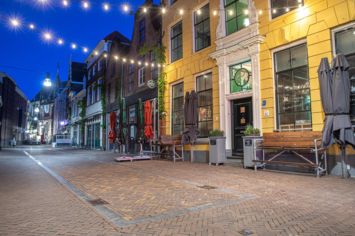 Een uitgestorven Voorstraat, hét uitgaansgebied in Zwolle. Even was er hoop dat de horeca al op 31 mei open mocht, maar dat wordt hoogstwaarschijnlijk pas op maandag 1 juni, om 12.00 uur.