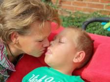 Deze schommel in Elst is vernoemd naar meervoudig gehandicapte Luc: 'Ik heb met hem de Staatsloterij gewonnen'
