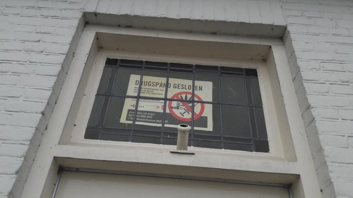 De waarschuwing boven de deur van nummer 92