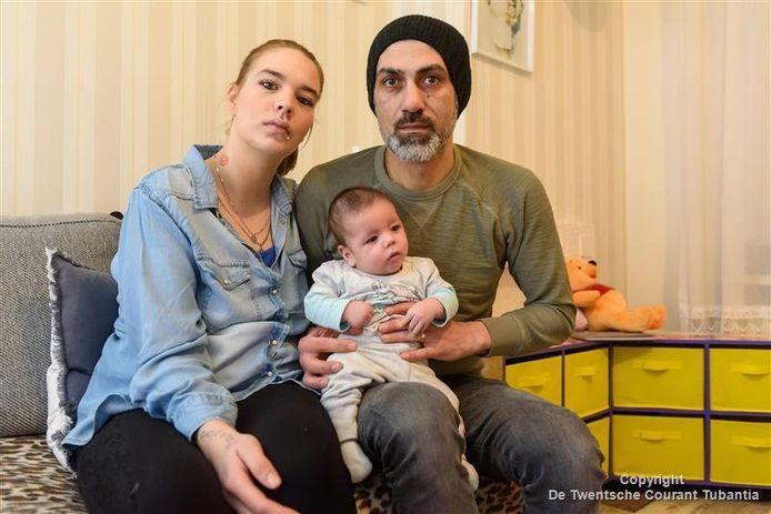 Kelly Bruintjes met haar man Jimmy en hun kindje.