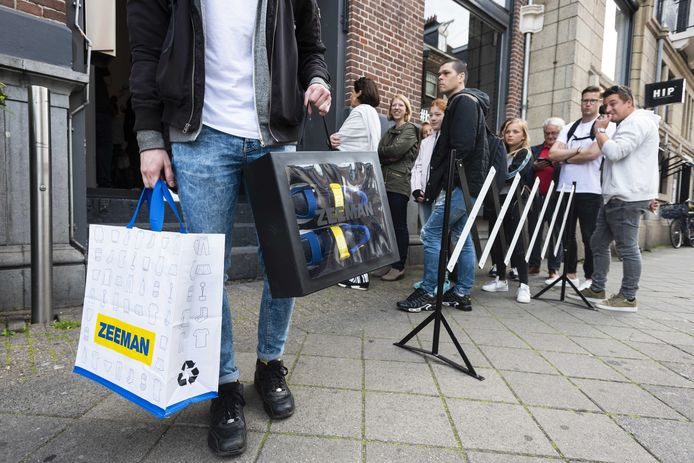 Drukte voor de pop-up store van Zeeman. De eerste belangstellenden stonden al vroeg in de rij om een paar van de dure Hybrid Z of de goedkope Basic Z-sneakers te bemachtigen.
