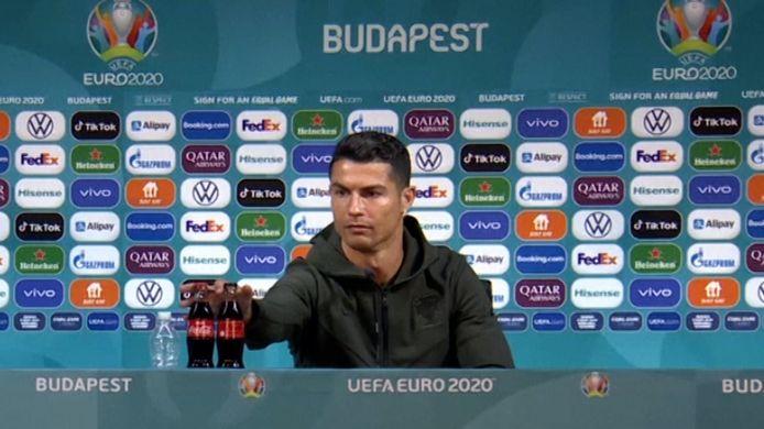 Videostill Ronaldo verwijdert flesjes van EK-sponsor Coca-Cola