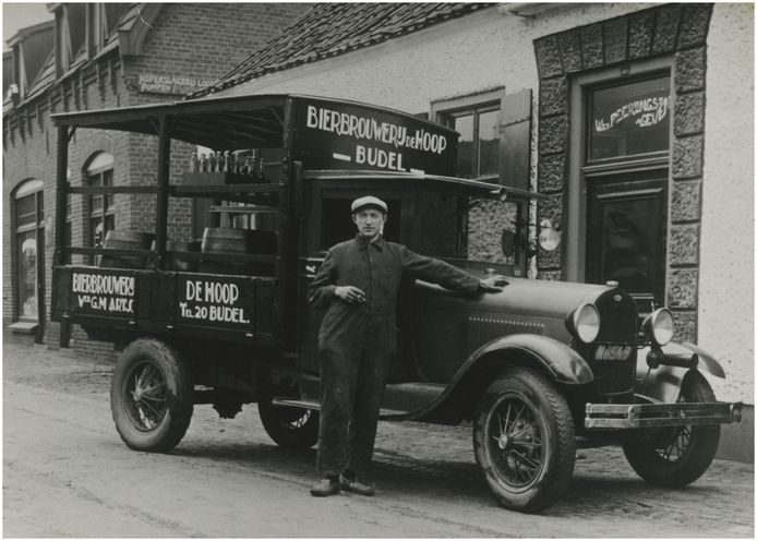 Een T-Ford vrachtwagen van brouwerij De Hoop(nu Budelse Brouwerij) hier gefotografeerd met bezorger Grad van Engelen.