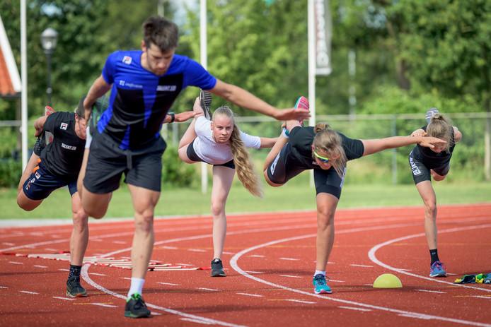 Naomi Middelveld (wit shirt) mocht meedoen met een 'droog-training' van de Infestos-schaatsploeg: krachttraining, hardlopen, uithoudingsvermogen.