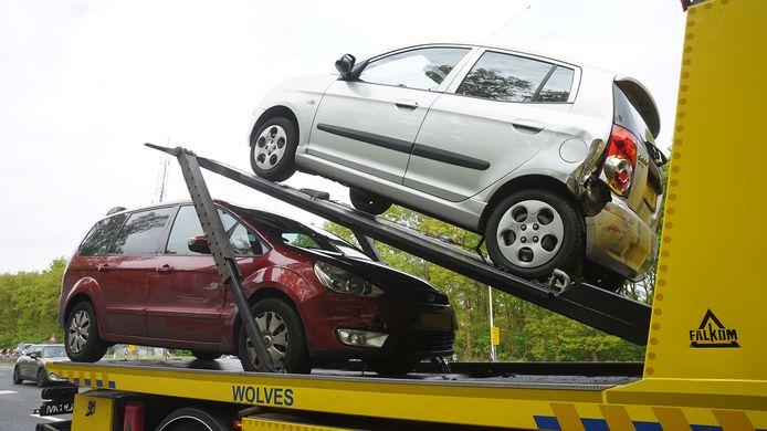 Deze twee auto's staan vredig bij elkaar op een autoambulance, nadat ze even eerder op elkaar knalden.