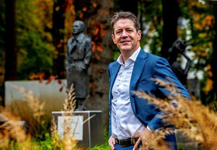 Voorzitter van de KNVB, Just Spee bij de beeldentuin op het KNVB-complex in Zeist.