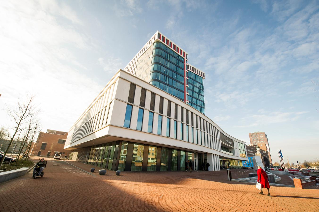 In het Almelose stadhuis gaat de komende jaren veel veranderen. FOTO: Lenneke Lingmont