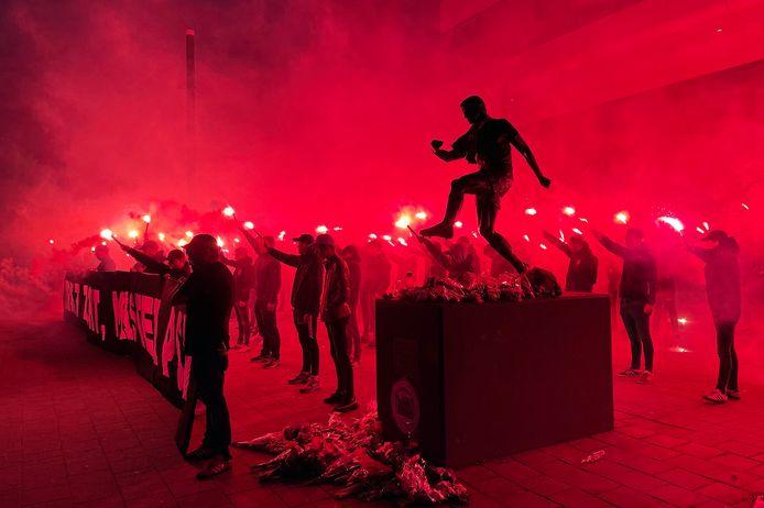 Het eerbetoon van PSV-supporters aan Willy van der Kuijlen.