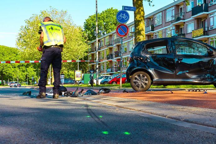 De politie doet onderzoek op de Vlierstraat in Enschede na een ongeluk waarbij een motorrijder woensdagavond gewond raakte.