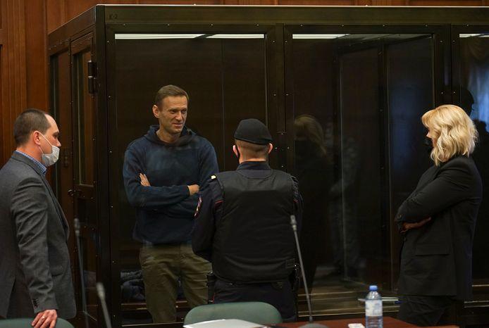 De Russische oppositieleider Aleksej Navalny in gesprek met zijn advocaten voor de rechtszaak.