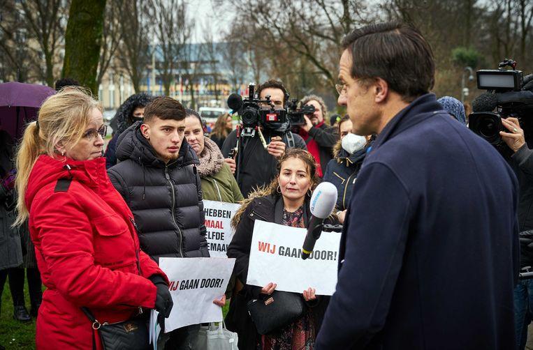 Premier Mark Rutte in gesprek met gedupeerde ouders van de toeslagenaffaire. Beeld ANP