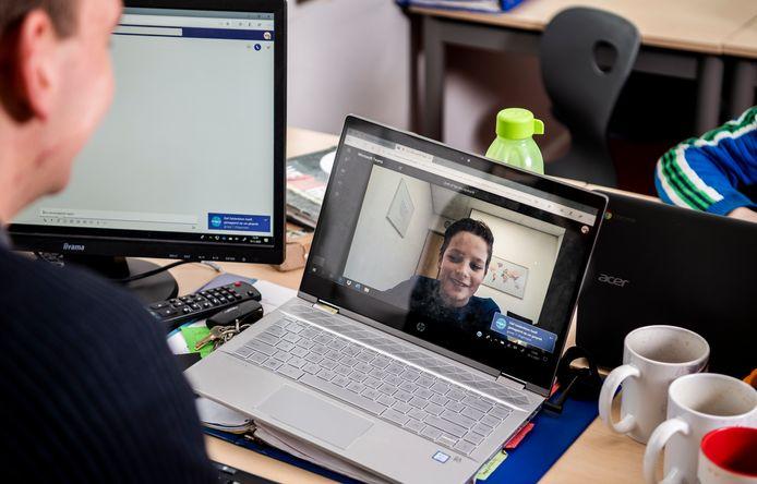 De docent instrueert het thuiswerkende kind. Op basisschool De Lelie in Driebruggen werd er vorige week al even mee geoefend.