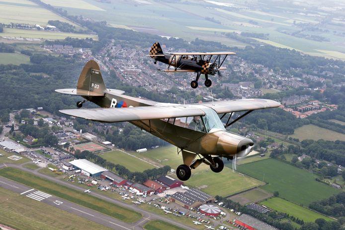 Show met oude vliegtuigen boven Breda International Airport, archieffoto.