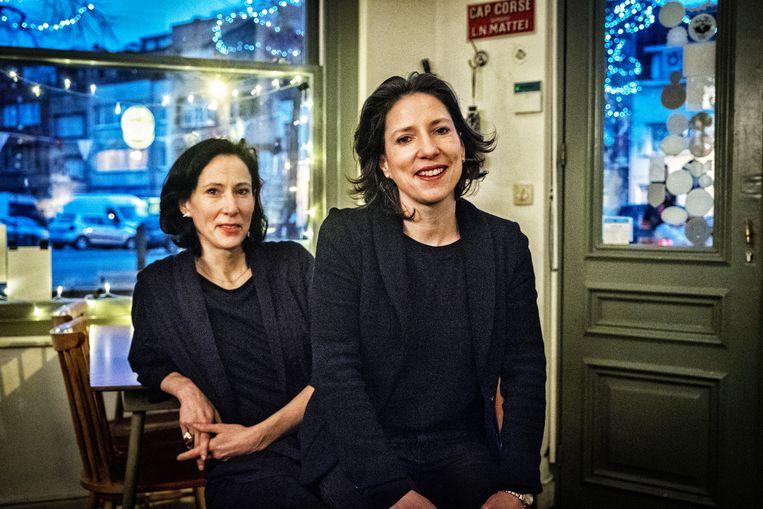 """Saskia (l) en Tanja de Coster: """"Wij zijn allebei papa-mama's, zot als het kan, streng als het moet."""" Beeld Tim Dirven"""