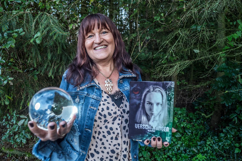 Hilda Spruit met haar nieuwe boek dat door lezers werd uitgeroepen tot beste young adult titel van 2020.