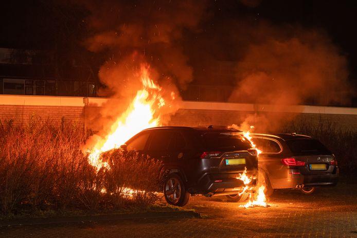 Aan de Hobbemastraat in Woerden is vannacht een auto uitgebrand. Ook een nabij geparkeerd voertuig is beschadigd geraakt door de vlammen.