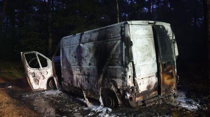 Busje met vaten brandt uit in bos vlakbij Belgische grens: duizenden liters XTC-afval gelekt