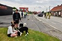 Door het gaslek op het kruispunt van de Brugseweg met de Zonnebeekseweg in Langemark werden de bewoners van zeven huizen geëvacueerd. Onder hen een gezin met een klein kindje en drie honden. Op de foto: Damian Weijerman (rechtstaand, met hond aan de leiband) en zijn zus Djamila, ook met hond.