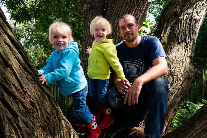 """VANDAAG: POLITICUS EN VADER VAN TWEELING - Tom Verboven met Elize (blauw) en Amber in een boom op het fortdomein. """"Een echt bos om te ravotten is er niet meer. Maar daar werken we aan."""""""