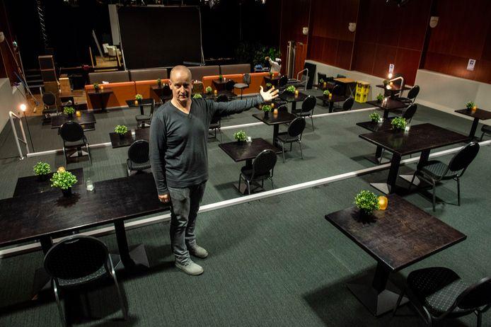 Ruud Hoondert van Het Turfschip wil het Munnikenheide College graag aan extra lesruimte helpen. De Adriaan van Bergenzaal is alvast conform de coronaregels ingericht.