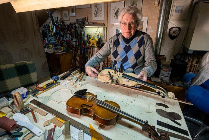 John Hartjes repareert en maakt violen.