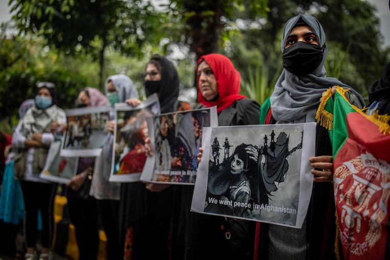 Afghaanse vrouwen protesteren tegen de overname van Afghanistan door de Taliban.  Beeld AP