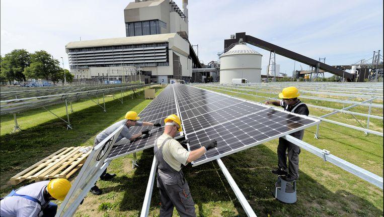 Bij de kolencentrale van GDF Suez in Nijmegen worden zonnepanelen geplaatst. De centrale wordt volgend jaar buiten gebruik gesteld en gesloopt. De locatie wordt dan ingericht voor de levering van groene energie. Er zijn in Nederland nu nog vijf kolencentrales in gebruik. Beeld Flip Franssen / HH