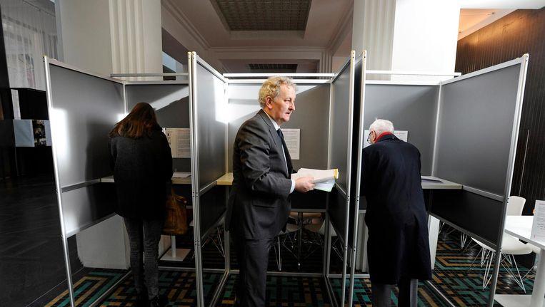 Burgemeester Van der Laan brengt zijn stem uit voor gemeenteraad in 2014. Beeld anp