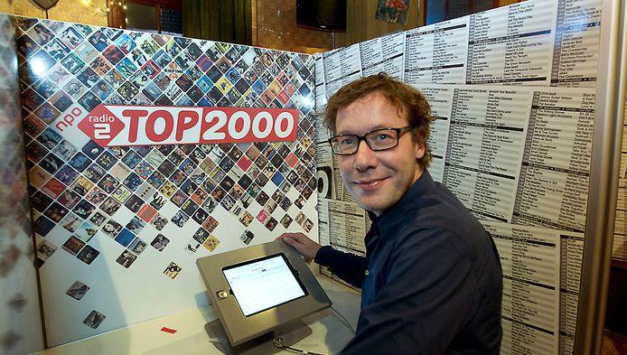 Radio 2 dj Bert Haandrikman brengt zijn stem uit in het Top 2000 Café bij Beeld en Geluid.