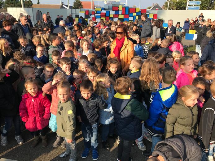 Leerlingen van basisschool De Noordster in Bergen op Zoom onthullen kunstwerk De Tussenstop.