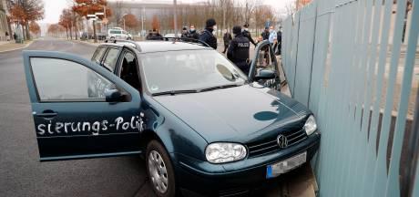 Recidivist rijdt tegen hek kantoor Angela Merkel, leuzen op auto: 'Verdomde moordenaars'