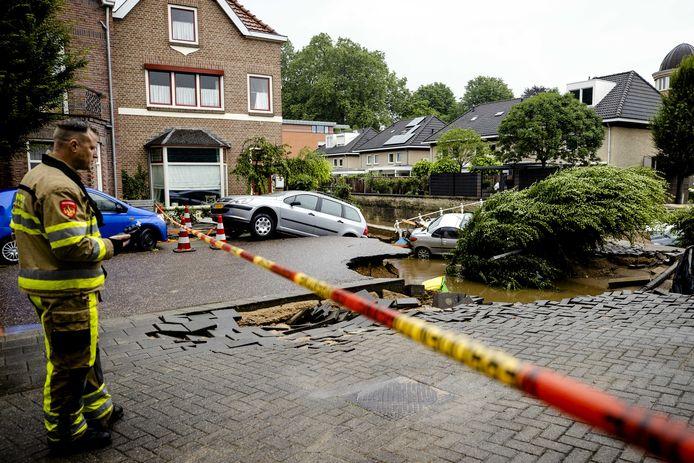 Een brug over de Geul is ingestort. Valkenburg is zwaar getroffen door de wateroverlast. De Geul was daar overstroomd.