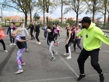 Lise en Lara (11) dansen zich warm bij Dance as one op Sportpark Brandevoort