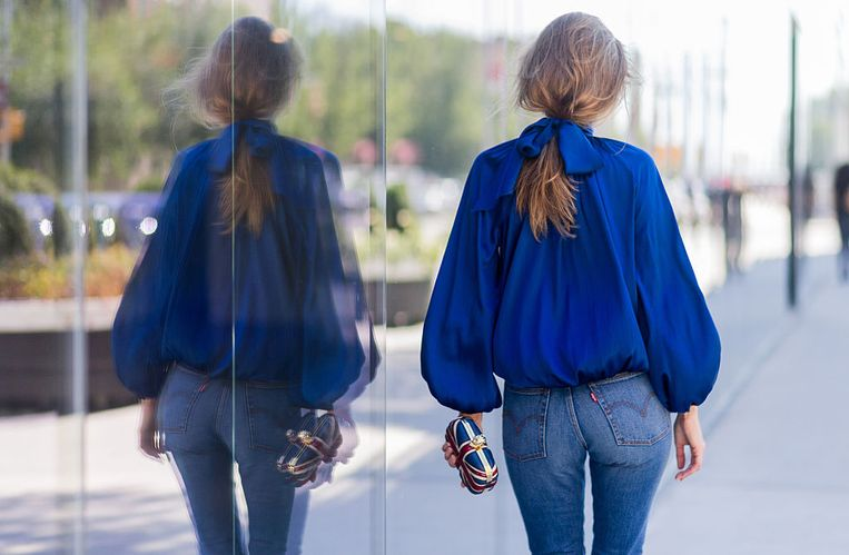 NEW YORK, NY - SEPTEMBER 14: German Fashion Blogger and Model Alexandra Lapp (@alexandralapp_) wearing a blue blouse from Steffen Schraut, Levis jeans, Alexander Mc Queen clutch on September 14, 2016 in New York City. (Photo by Christian Vierig/Getty Images) Beeld Getty Images