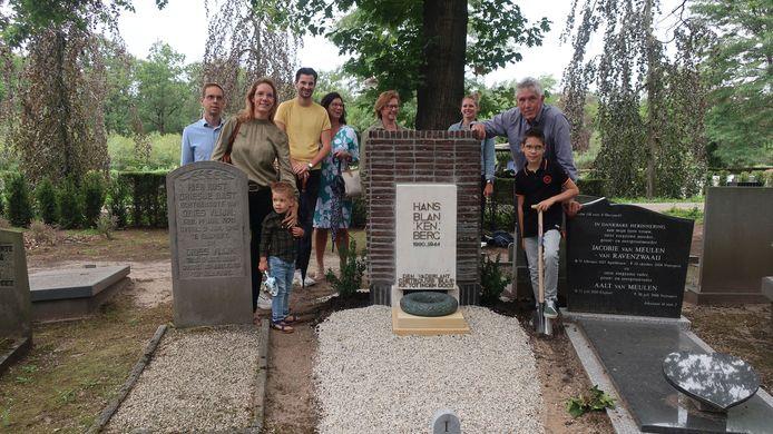 De familie van verzetsheld Hans Blankenberg stond vandaag stil bij de renovatie van het graf.