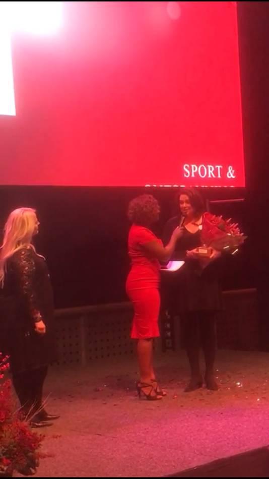 De uitreiking van de Vrouw Award.